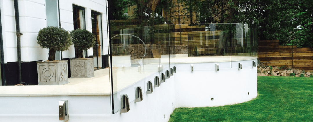 Balconada exterior de cristal curvado en Barcelona